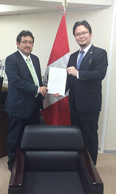 在東京ペルー総領事館との調印式